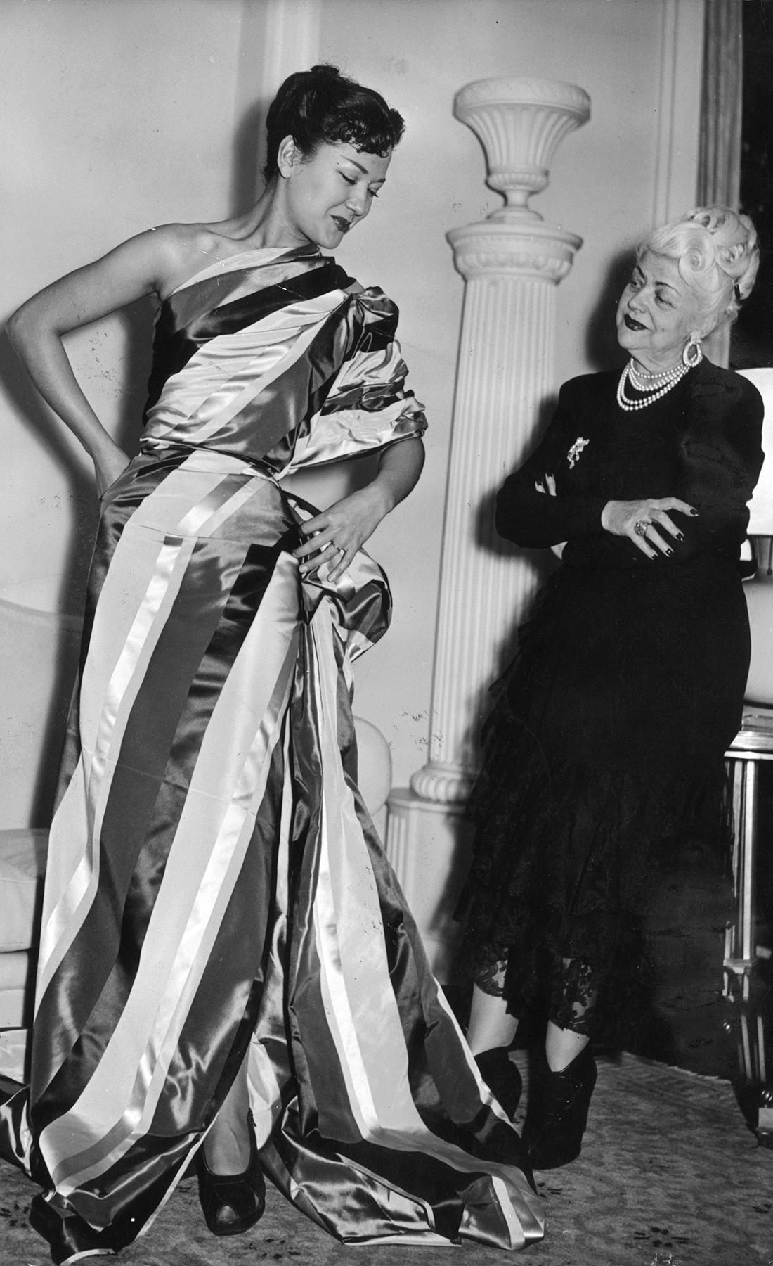 Нина Риччи на примерке платья с моделью