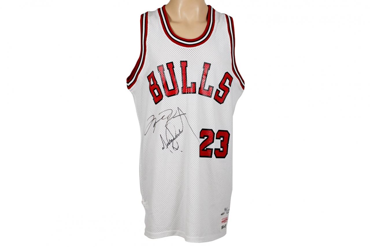 Майка Chicago Bulls с подписью Майкла Джексона
