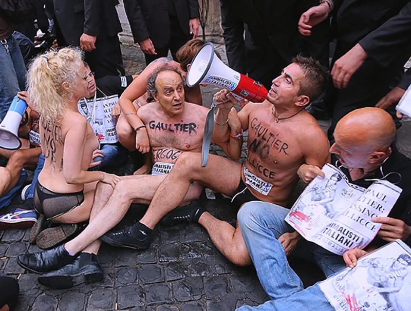 Протест зооащитников на показе Jean Paul Gaultier FW 2015