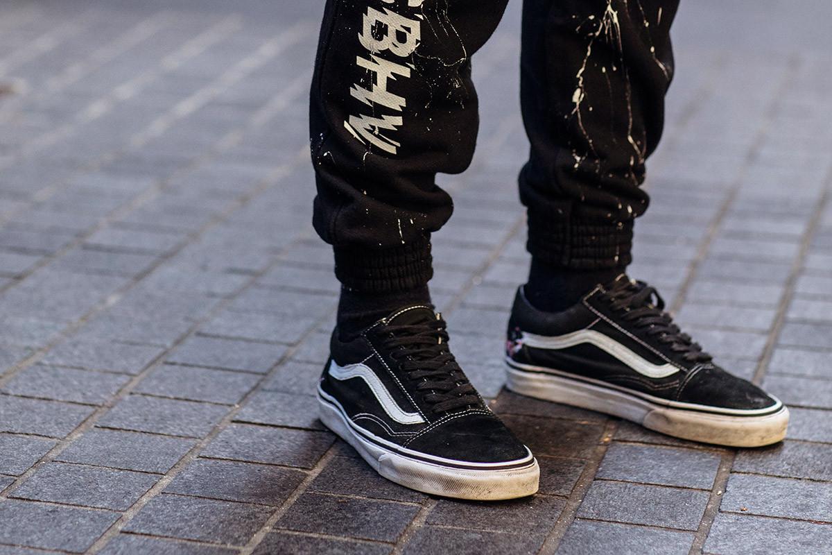babc716cd08f Возможно, дикого вида кроссовки и были довольно популярны у повёрнутой на  стиле публики, но новыми Roshe (канувший в Лету тренд 2016 года) стали Vans  ...