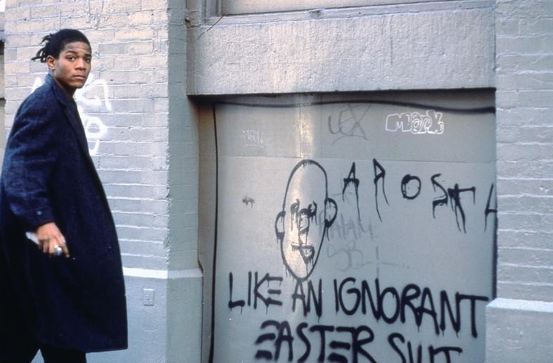 Жань-Мишель Баския на съёмках «Downtown 81» «Как невежда в пасхальном костюме». Фото Эдо Бертольо ©New York Beat Film LLC, с разрешения наследников Жана-Мишеля Баския