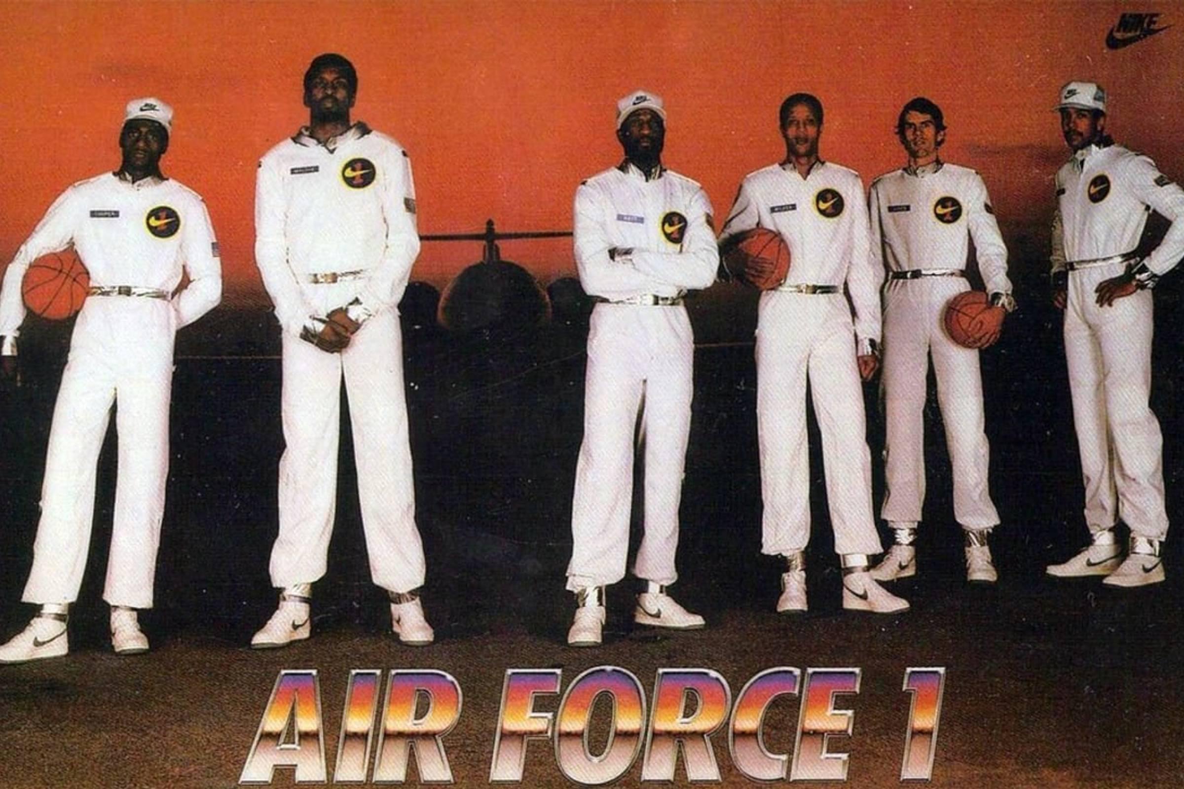Рекламный буклет «Оригинальная шестёрка» с участием Майкла Купера, Бобби Джонса, Мозеса Мэлоуна, Келвина Натта, Майкла Томпсона и Джамала Уилкса.