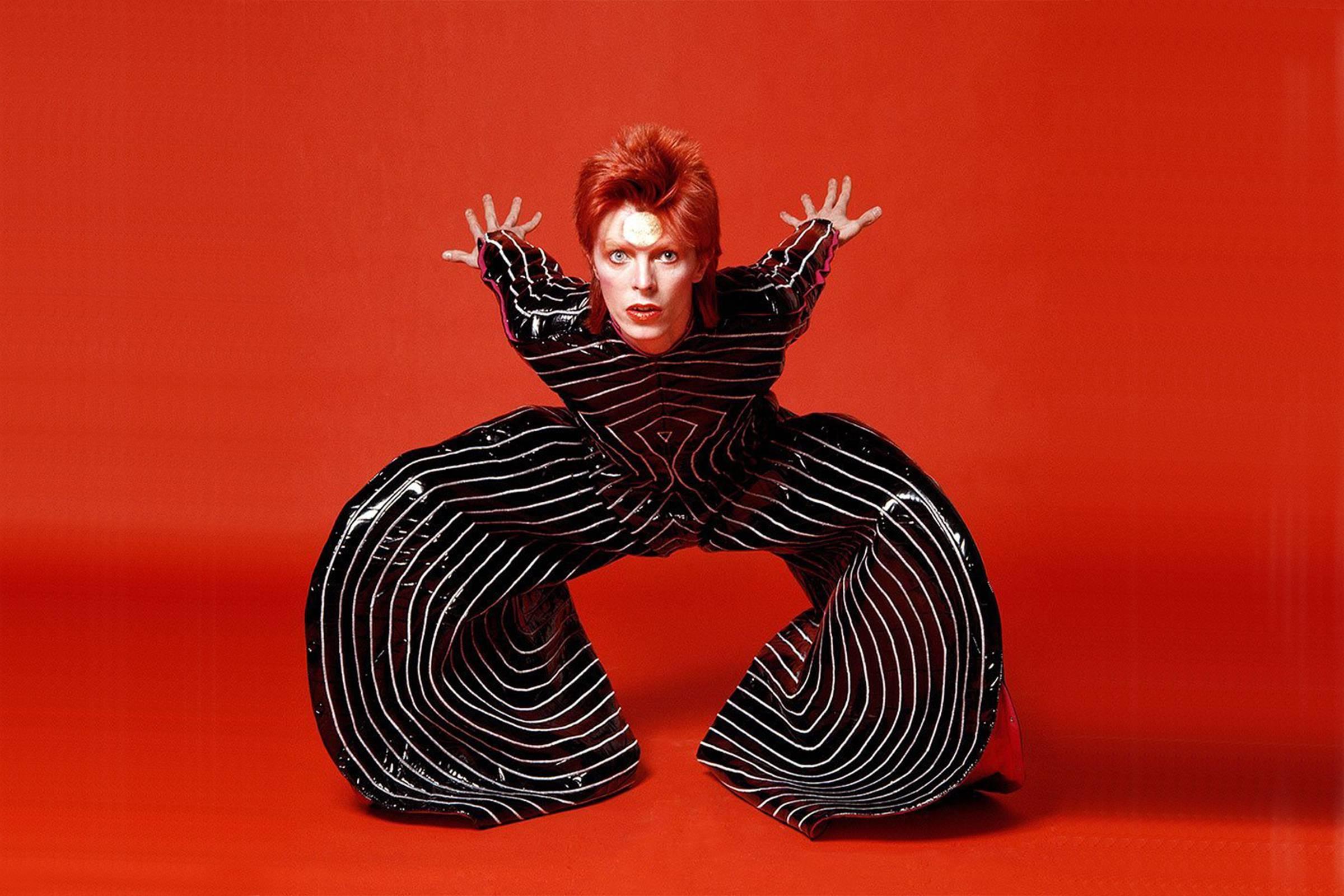 Дэвид Боуи в образе Зигги Стардаста в полосатом комбинезоне от Кансай Ямамото
