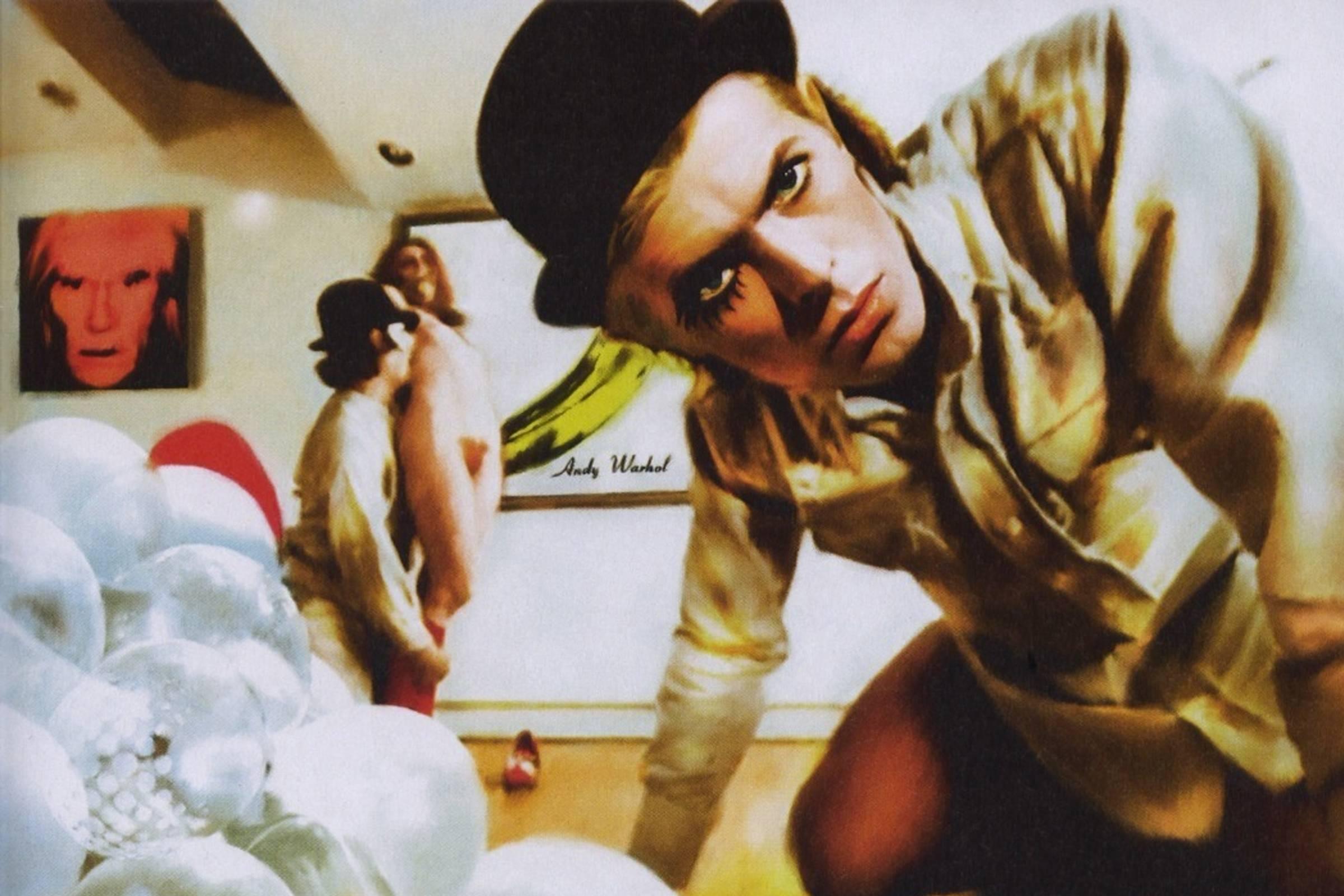 Дэвид Боуи в образе Алекса ДэЛарджа во время знаменитой сцены с изнасилованием