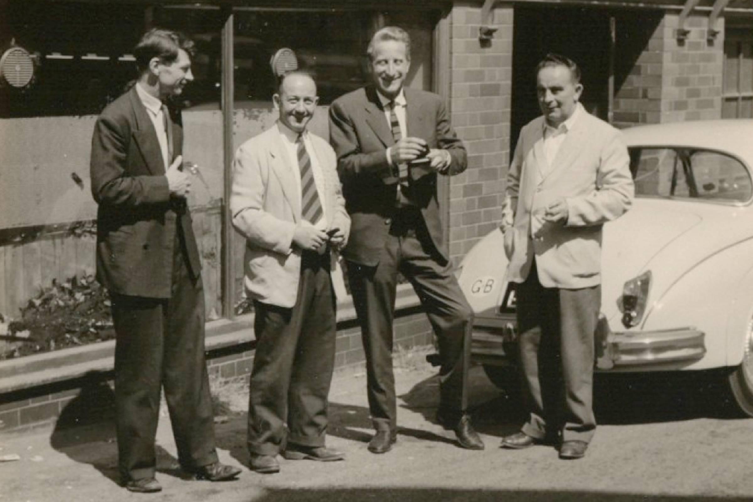 Доктор Клаус Мертенс (второй справа) рядом с R. Griggs & Co. LTD.