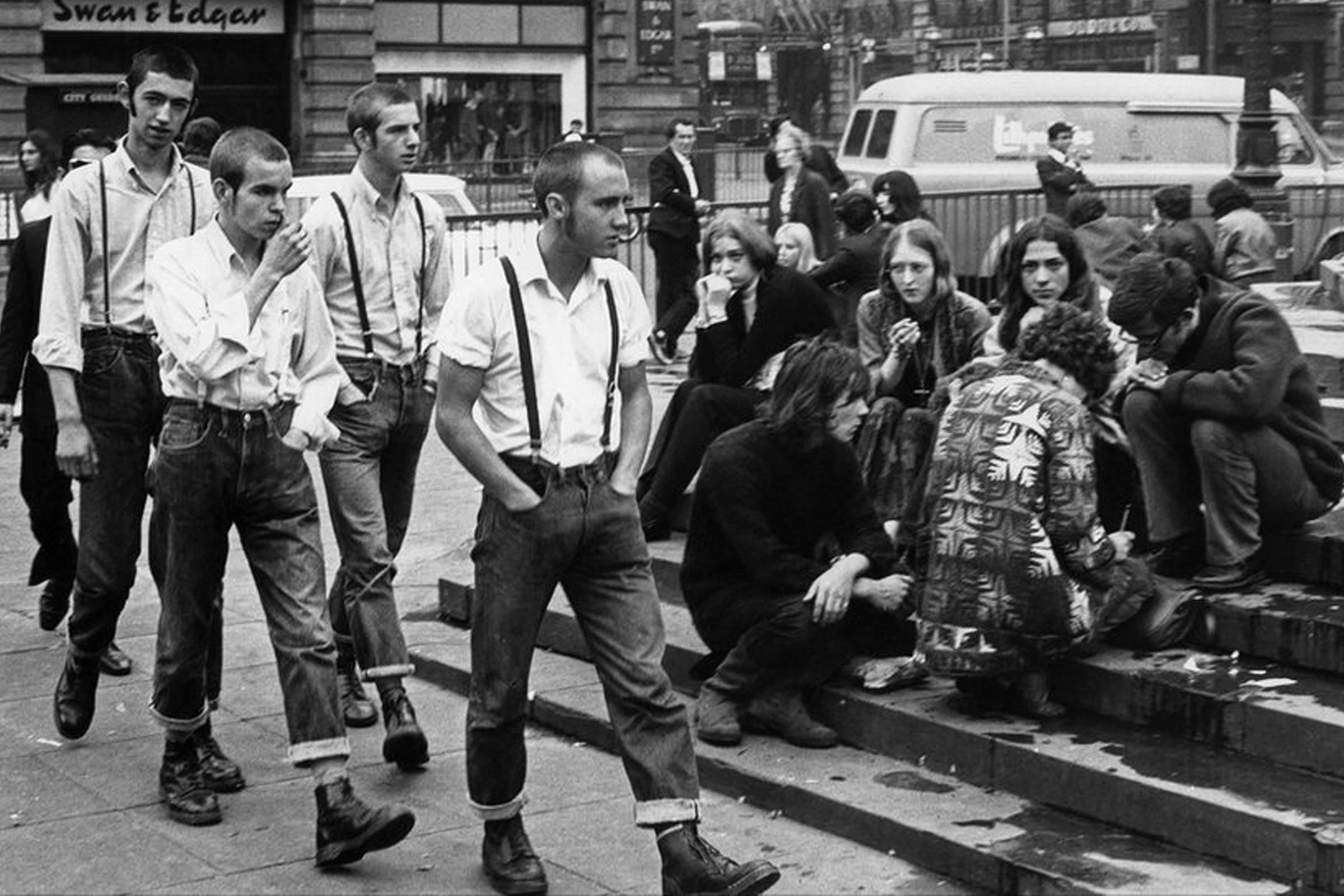 «На ступенях Эроса», фото Терри Спенсера. Скинхеды и хиппи на Пикадилли-стрит в 1969 году
