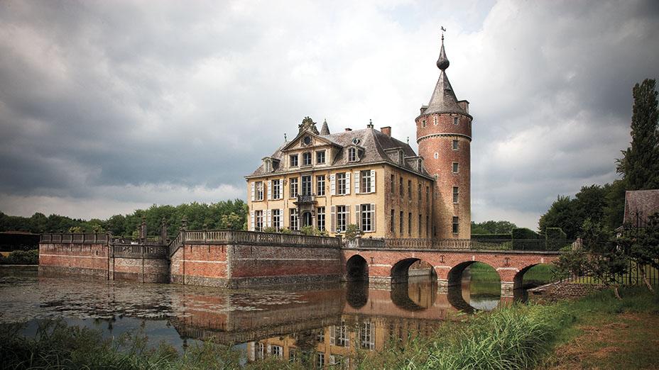 Замок находится в 10 минутах езды от комплекса Вервордта, который включает в себя шоурумы, квартиры, ресторан и пекарню.