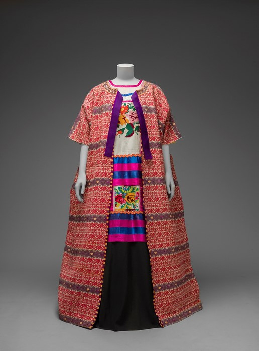 Гватемальская хлопковая накидка, которую Фрида Кало носила вместе с блузой племен масатеки и однотонной юбкой в пол.