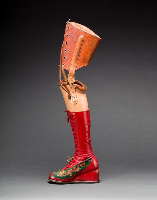 Протез ноги с кожаным ботинком. Шелковая аппликация с вышитыми китайскими мотивами.