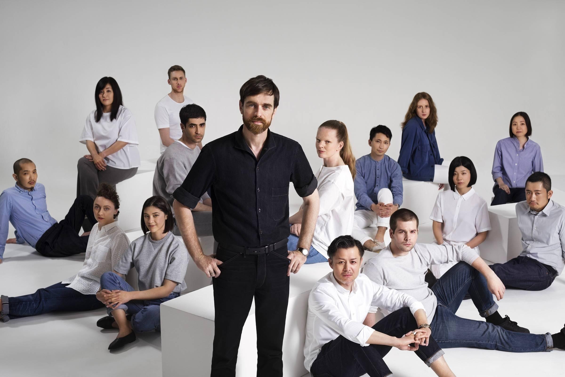 Кристоф Лемер (в центре), нынешний креативный директор парижского исследовательско-проектного центра Uniqlo R&D и линии Uniqlo U.