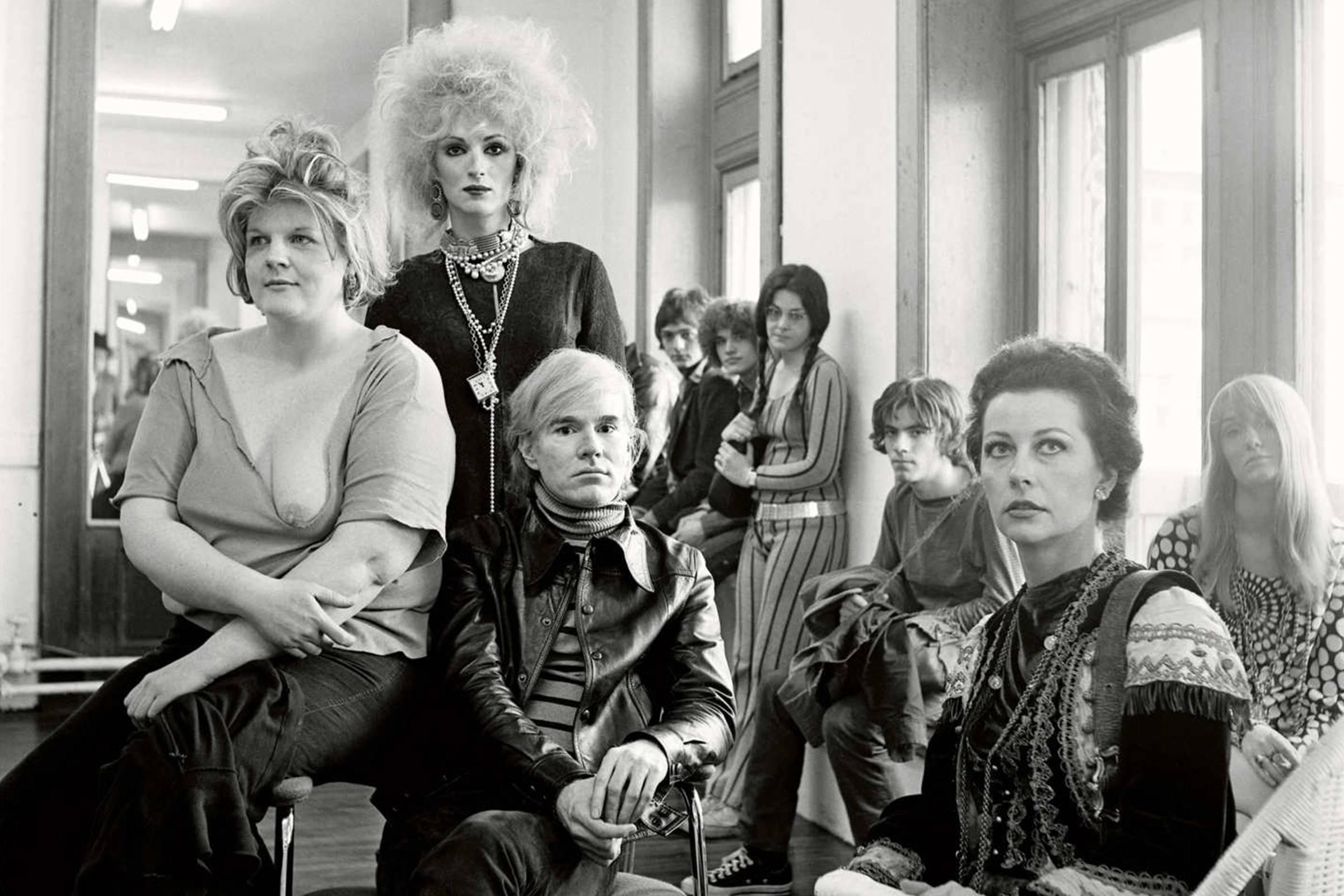 Энди Уорхол в окружении муз на «Фабрике», 1960-е