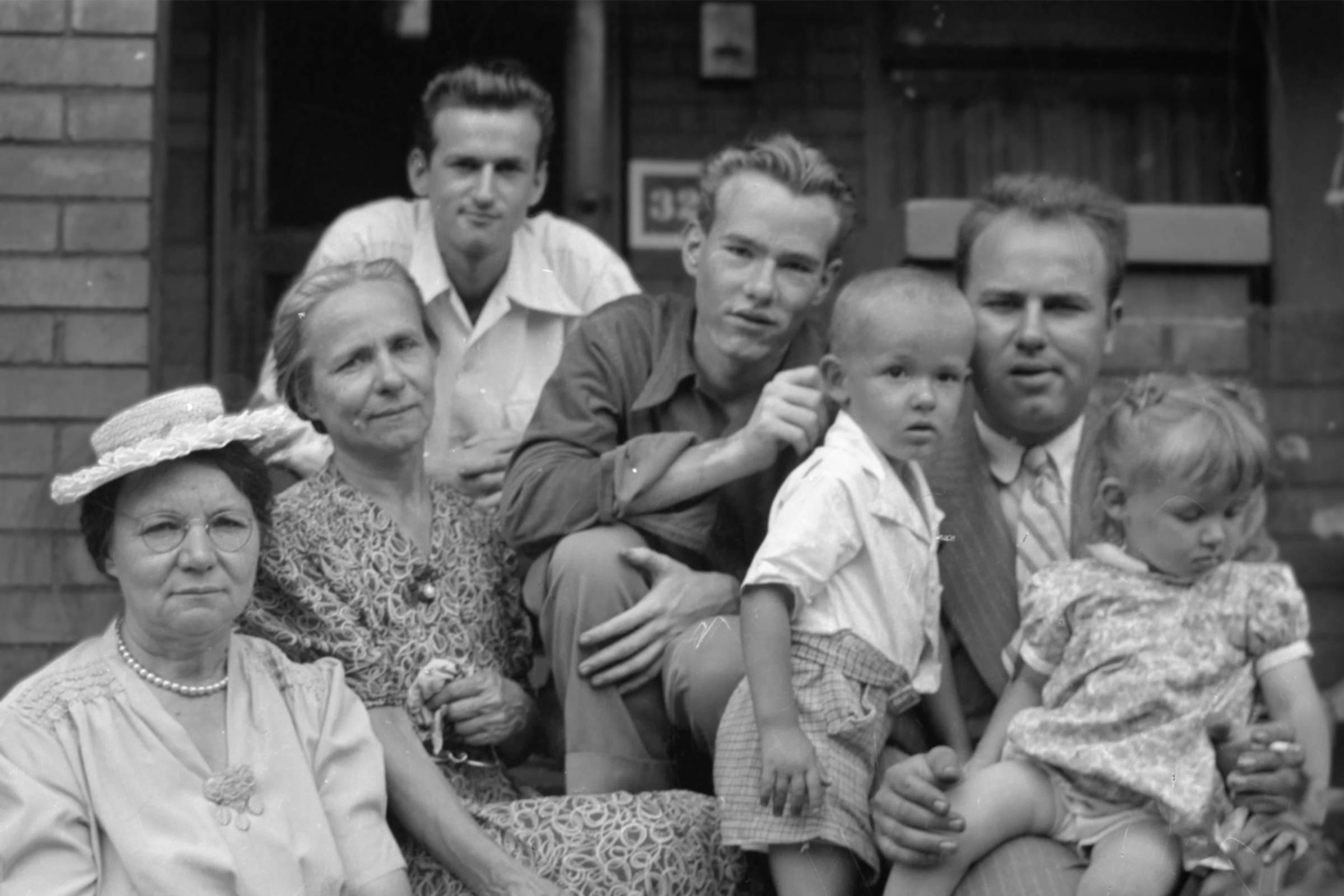 Юный Уорхол (в центре) в окружении семьи, 1940-е годы