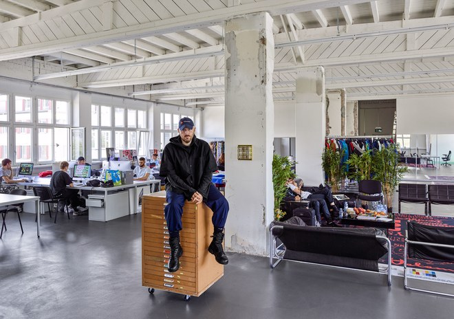 Дизайнер одежды Демна Гвасалия в студии Vetements