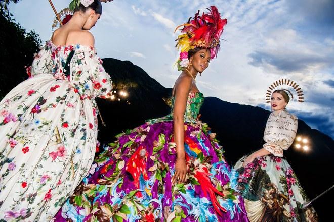 Наоми Кэмпбелл и Китти Спенсер в Dolce & Gabbana Alta Moda