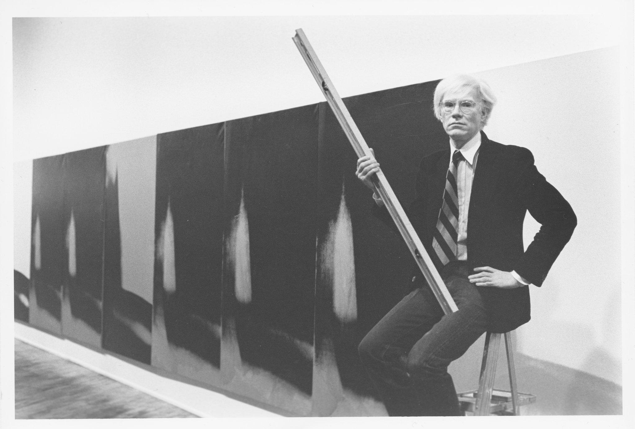 Энди Уорхол с работами из серии «Тени» в галерее Хайнера Фридриха