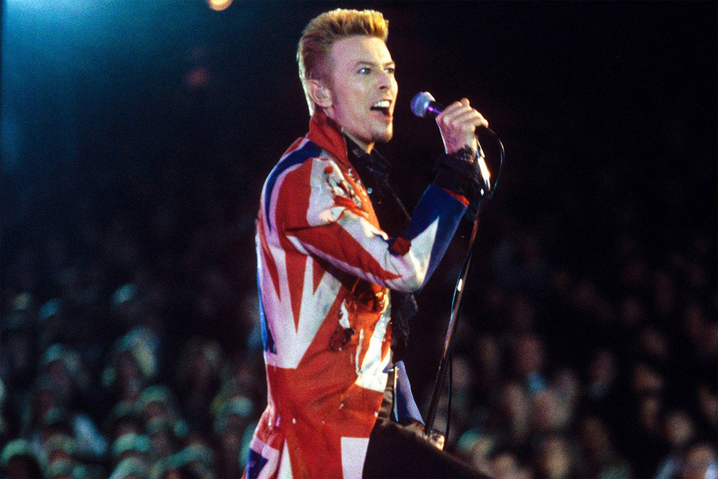 Дэвид Боуи в пальто «Union Jack» от Alexander McQueen
