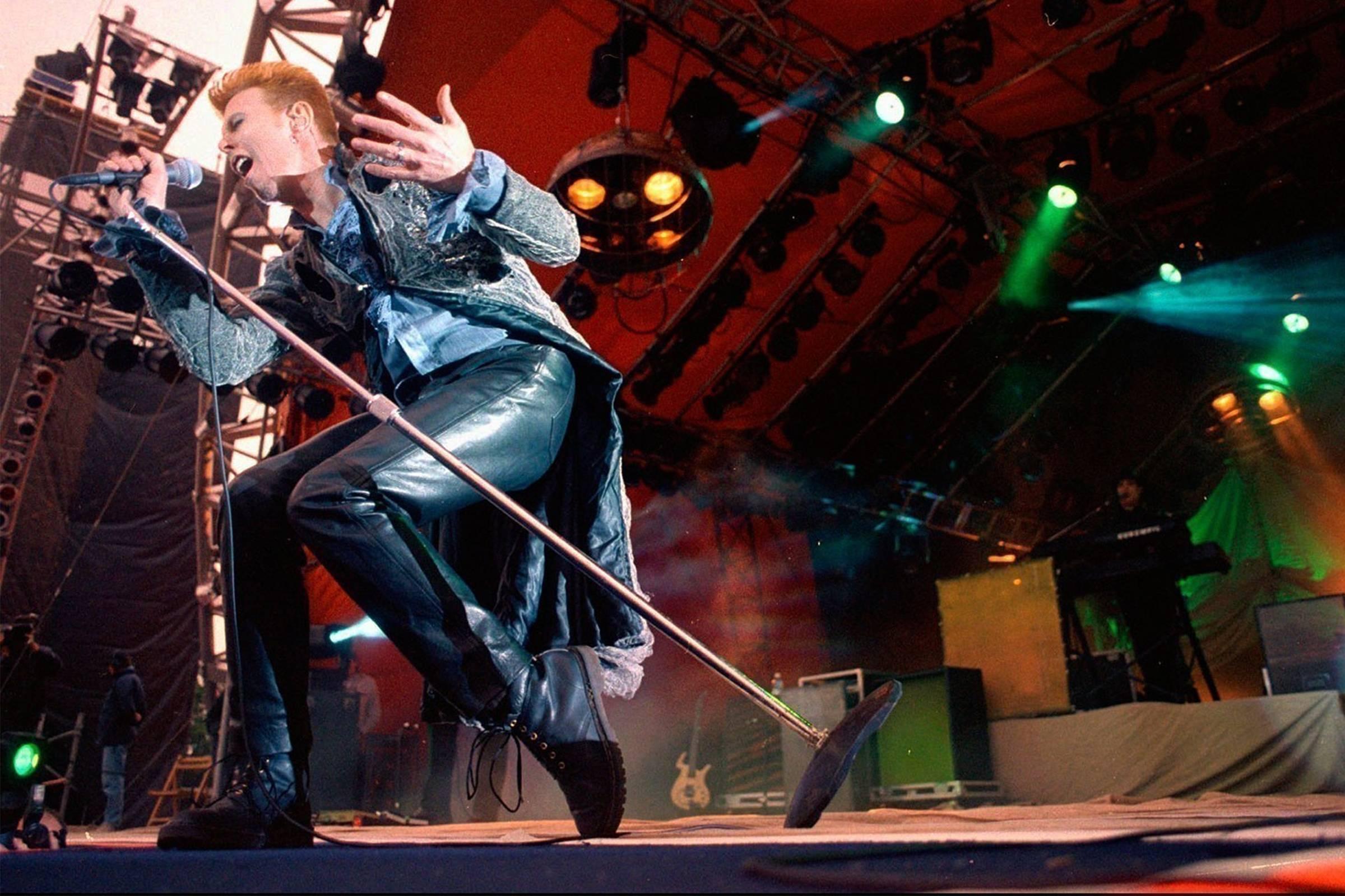 Дэвид Боуи на фестивале Roskilde Festival в Дании в 1996 году