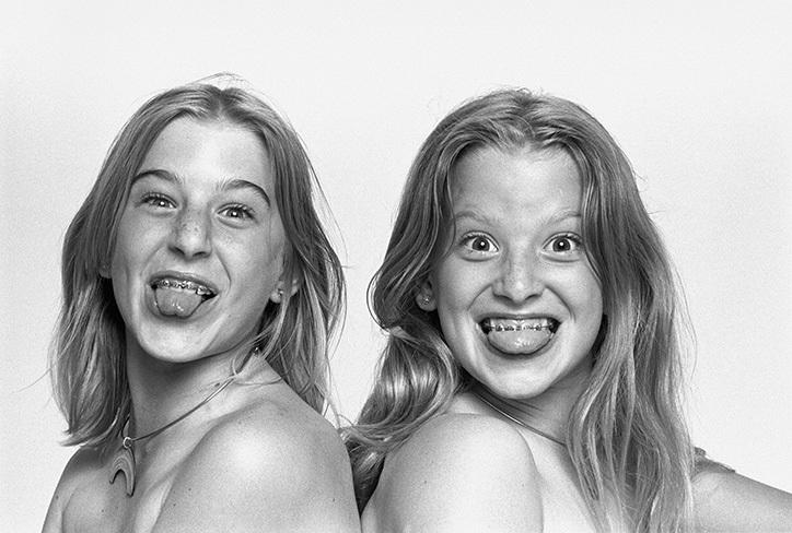 Из книги «SISTERS by Jim Britt, 1976», выпущенной Изабеллой Берли, все авторские права на изображения принадлежат Джиму Бритту Comme des Garçons