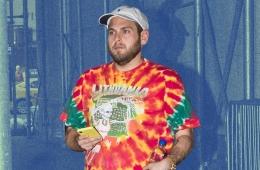 Джона Хилл в футболке Тай-Дай
