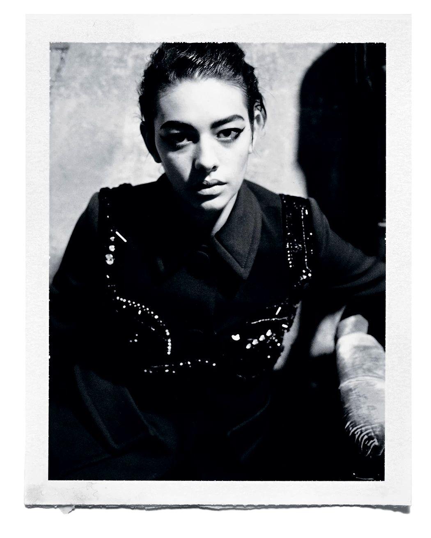Фото Manuela Pavesi. Стилист – Benît Béthume. Алессандра одета в пальто и бюстгальтер Prada. Издание The Creative Issue, №330, весна 2014