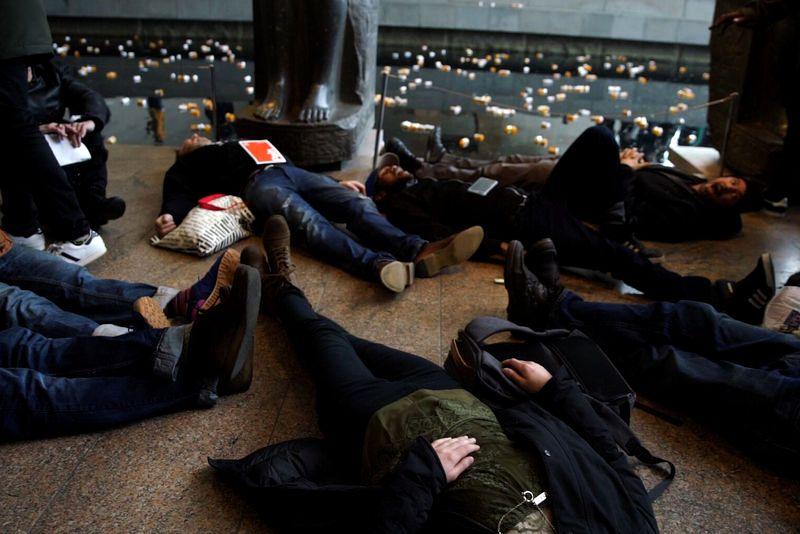 Снимок Нан Голдин во время акции протеста в Гарвардском художественном музее.