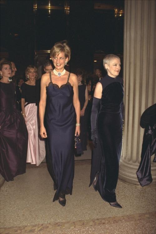 Принцесса Диана в платье-комбинации от Dior, 1996