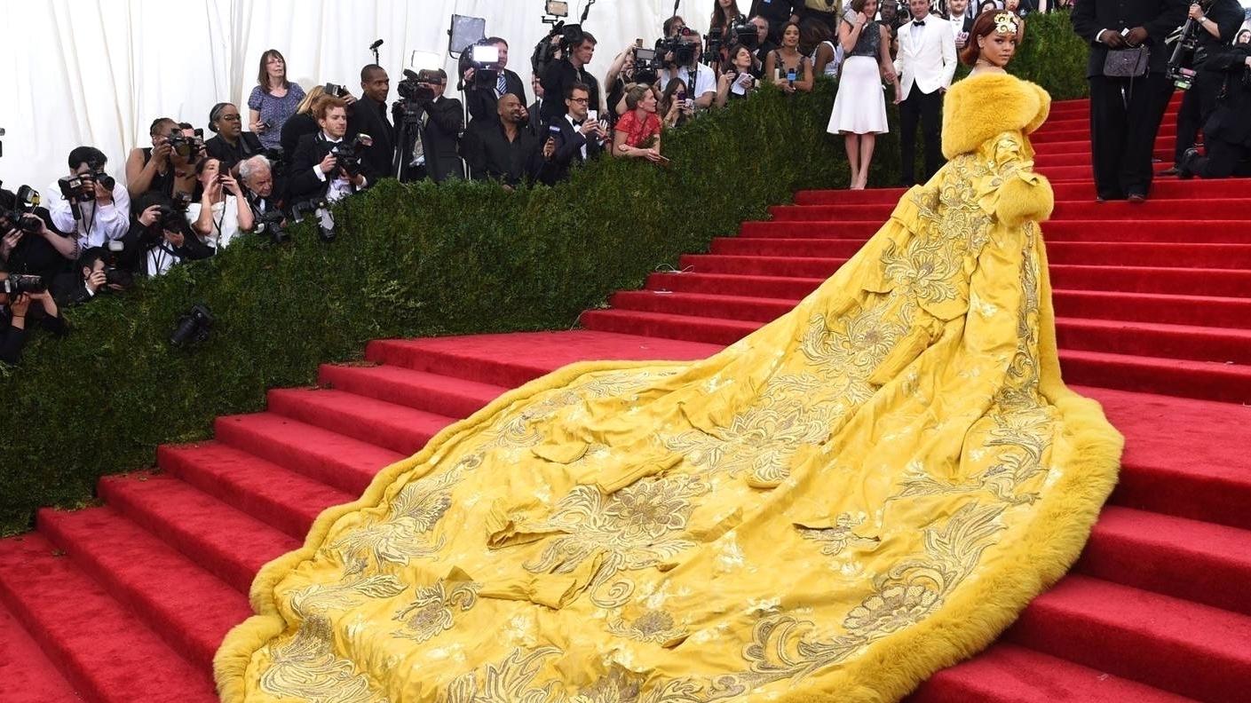 Рианна в желтом платье китайского дизайнера Guo Pei на Met Gala, 2015