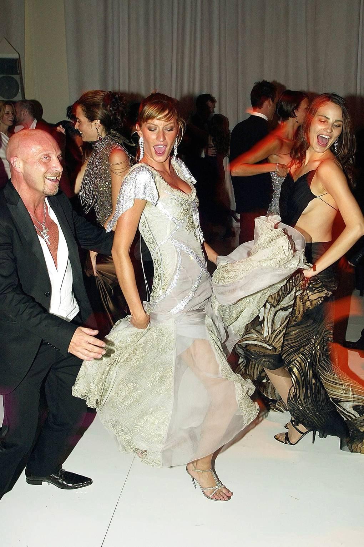 Жизель Бюндхен с дизайнером Доменико Дольче в платье с атласной накидкой от Dolce & Gabbana на Met Gala, 2003