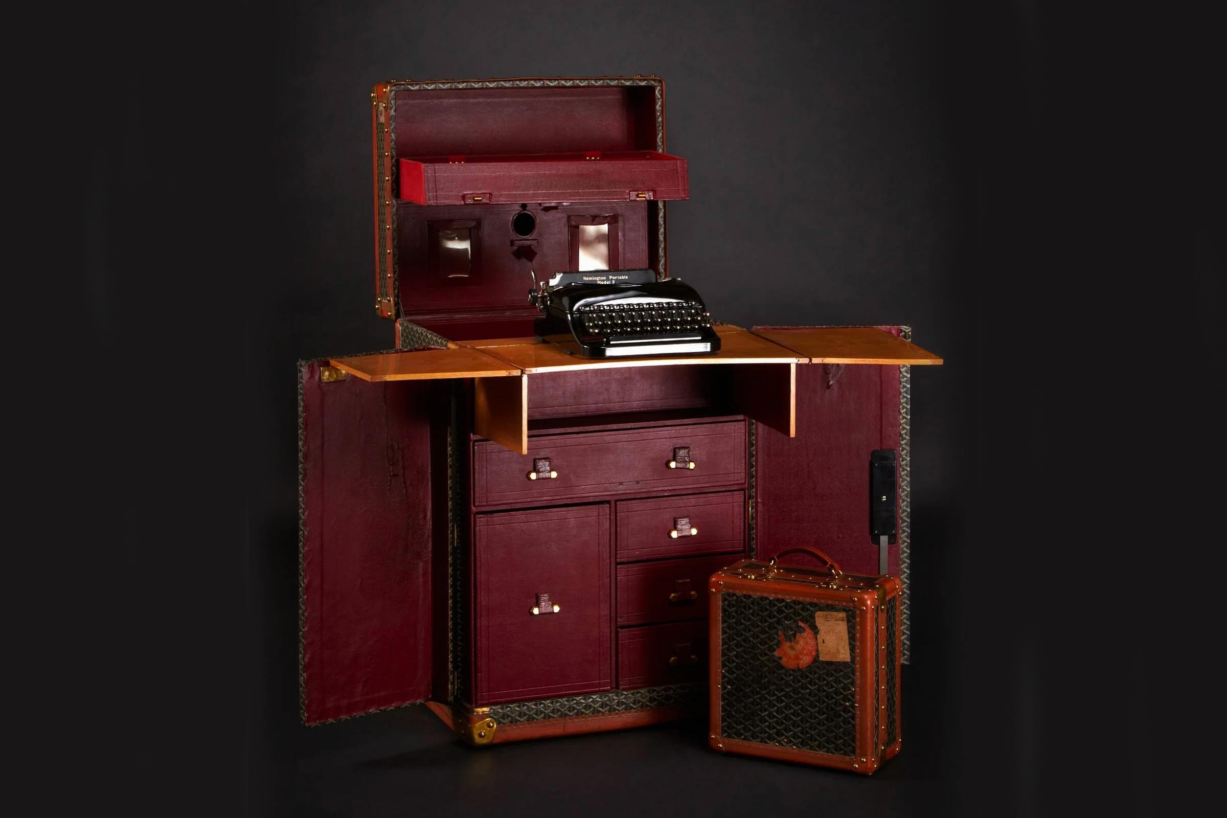 Кастомизированный чемодан сэра Артура Конан Дойла, который раскладывается из обычного дорожного чемодана в полноразмерный стол.