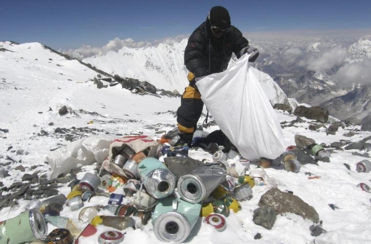 На горе Эверест нашли 11 тонн мусора и 4 погибших туриста