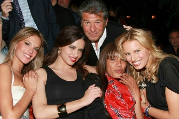 Эд Разек в окружении моделей Victoria's Secret