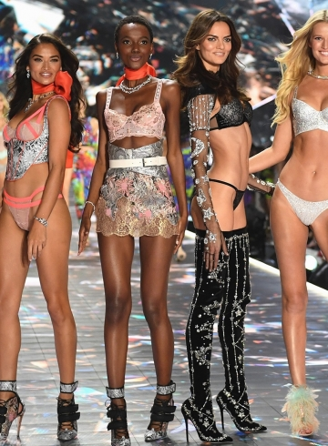 Модели Victoria's Secret требуют защитить их от домогательств