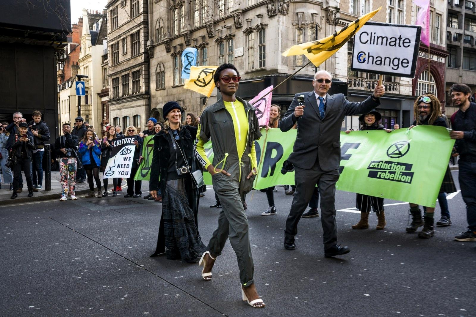 Протестующие на Неделе моды