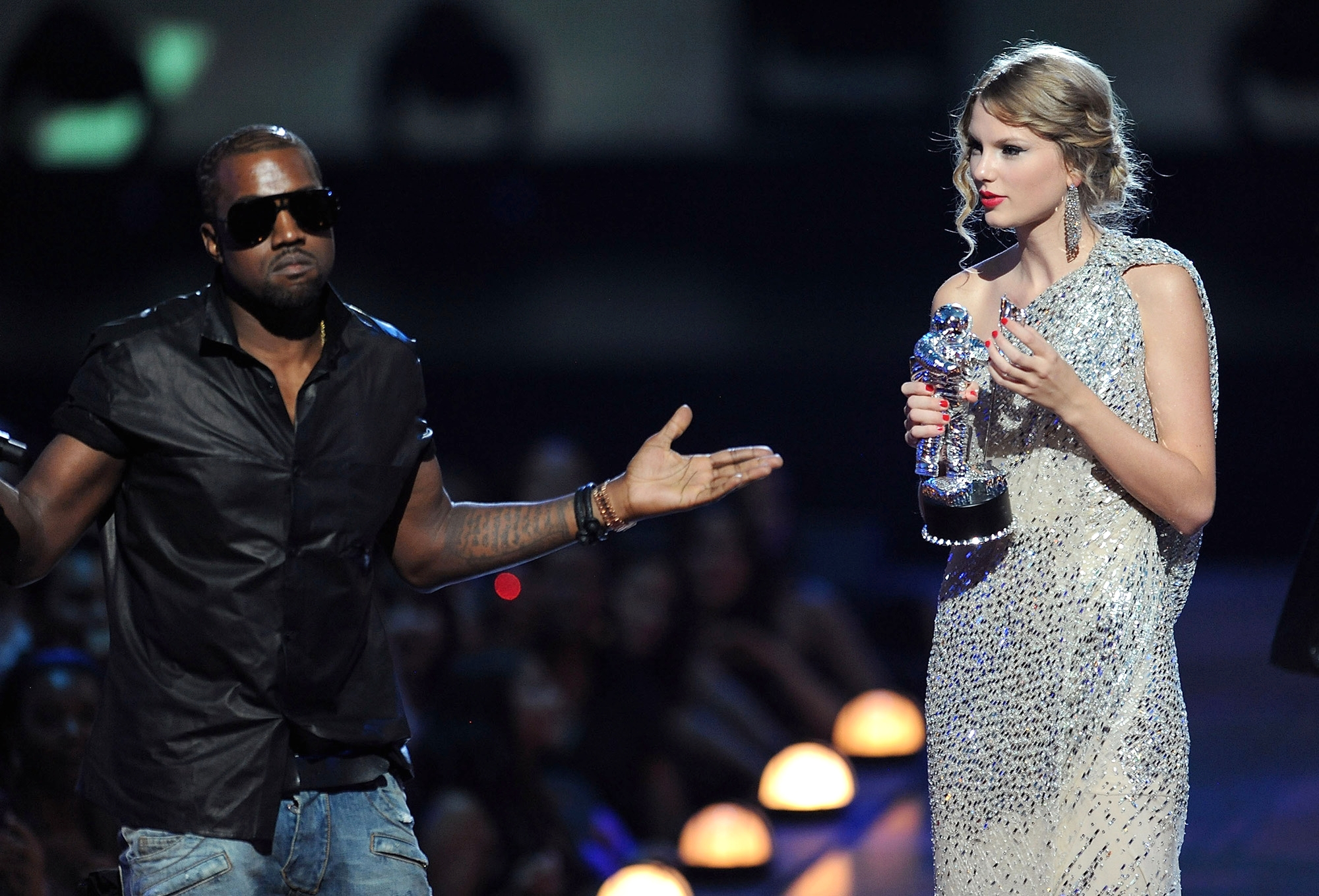 Канье Уэст прерывает Тейлор Свифт на VMA 2009