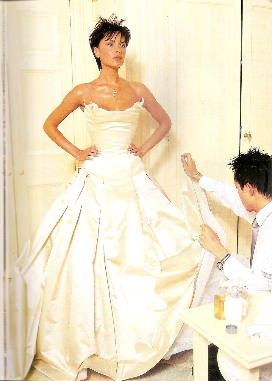 Виктория Бэкхем в свадебном платье от Vera Wang, корсет — Mr Pearl