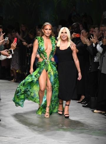 Versace судится с Fashion Nova за плагиат платья Дженнифер Лопес
