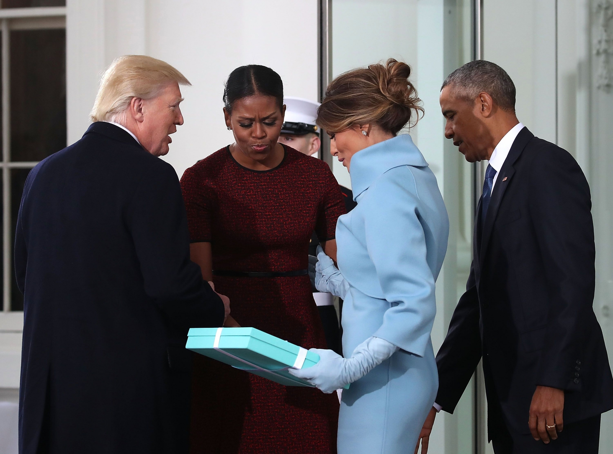 На инаугурации в 2017 году Мелания Трамп подарила Бараку и Мишель Обаме рамку от Tiffany