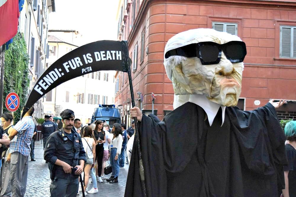 Протест PETA против использования меха