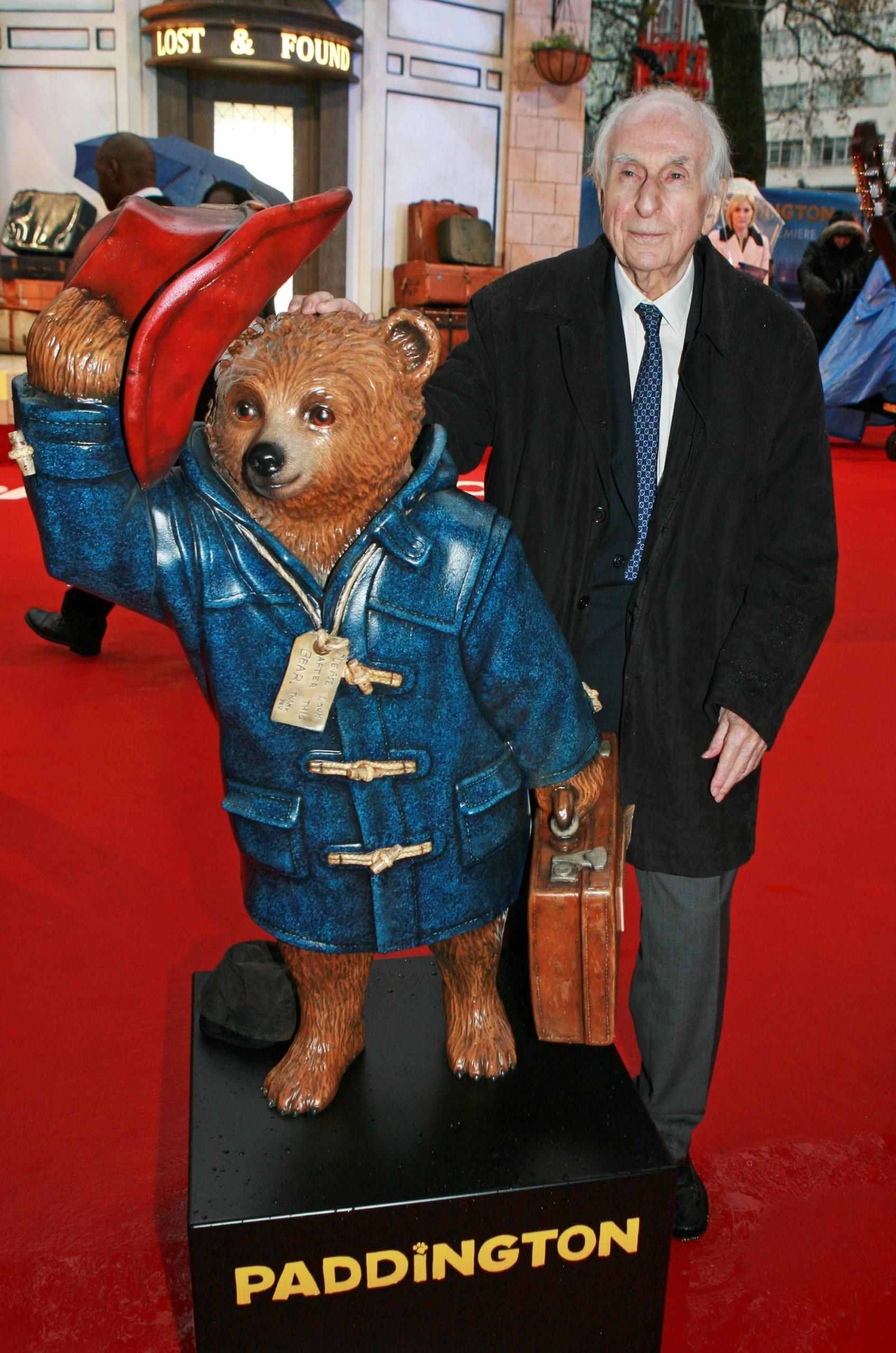Майкл Бонд и медведь Паддингтон в пальто дафлкот