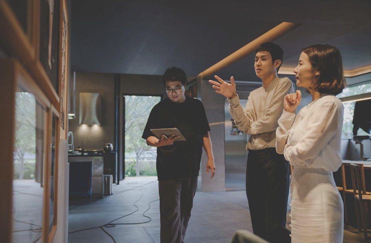 Пон Чжун Хо на съемках Паразитов