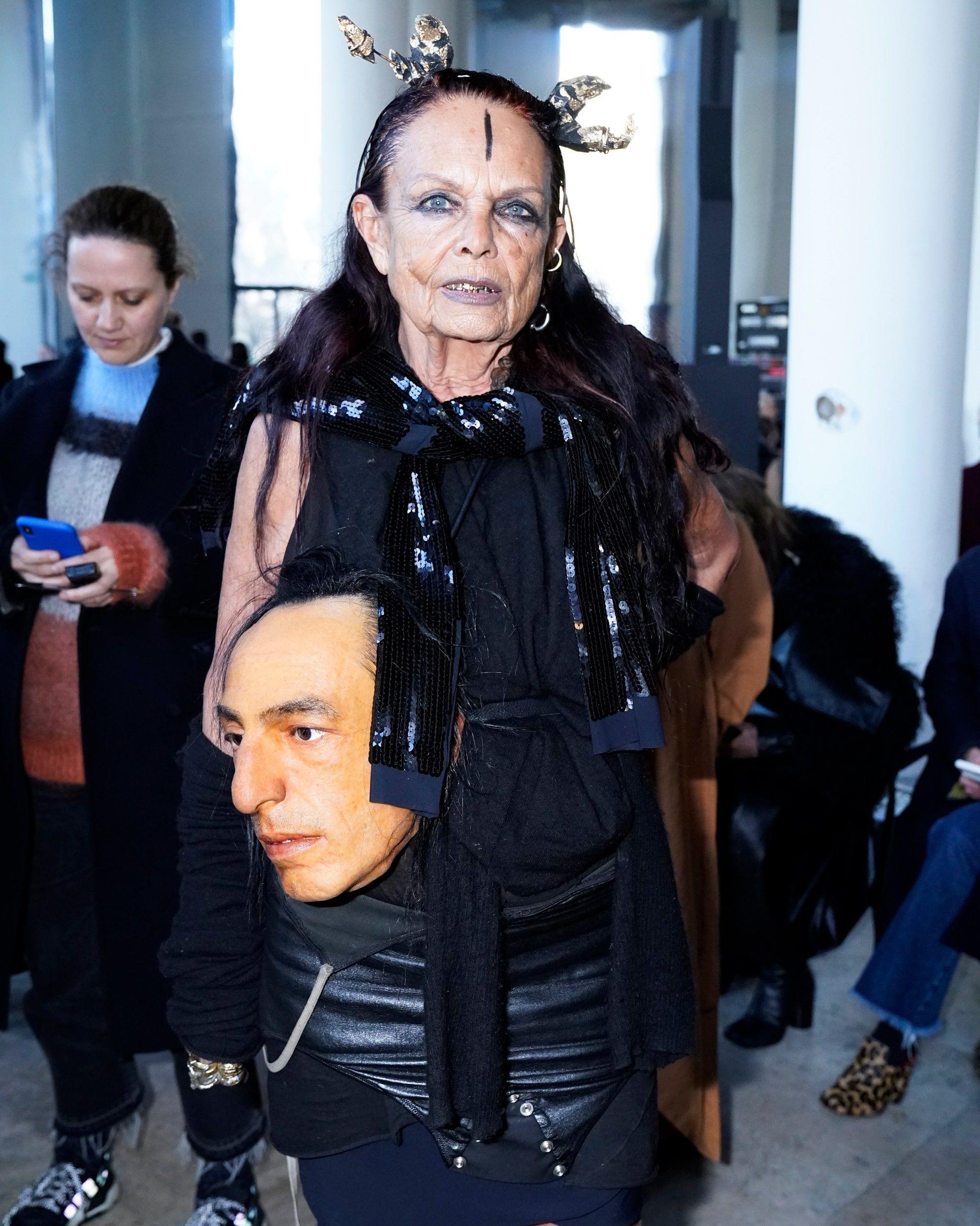 Мишель Лами с имитацией головы Рика Оуэнса на шоу Rick Owens Fall/Winter 2020 RTW