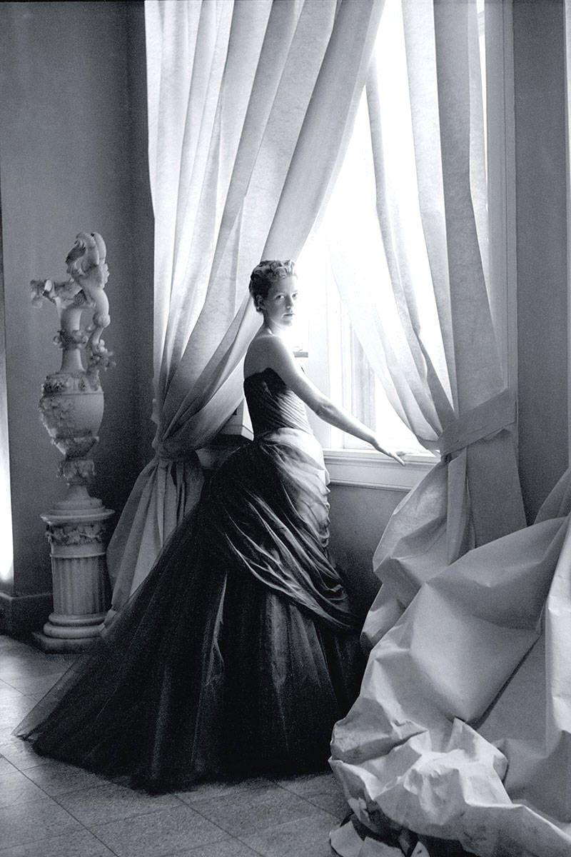 Жена Чарльза Джеймса, Нэнси в платье Swan, 1955