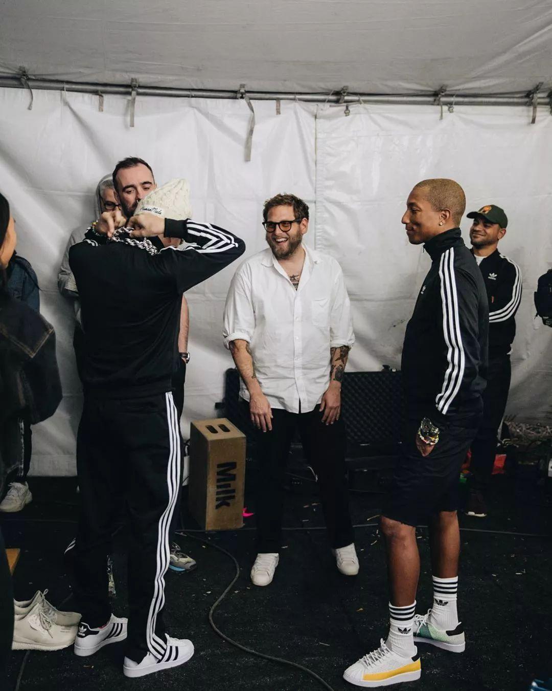 Фаррелл Уильямс в кроссовках Pharrell williams x adidas Superstar