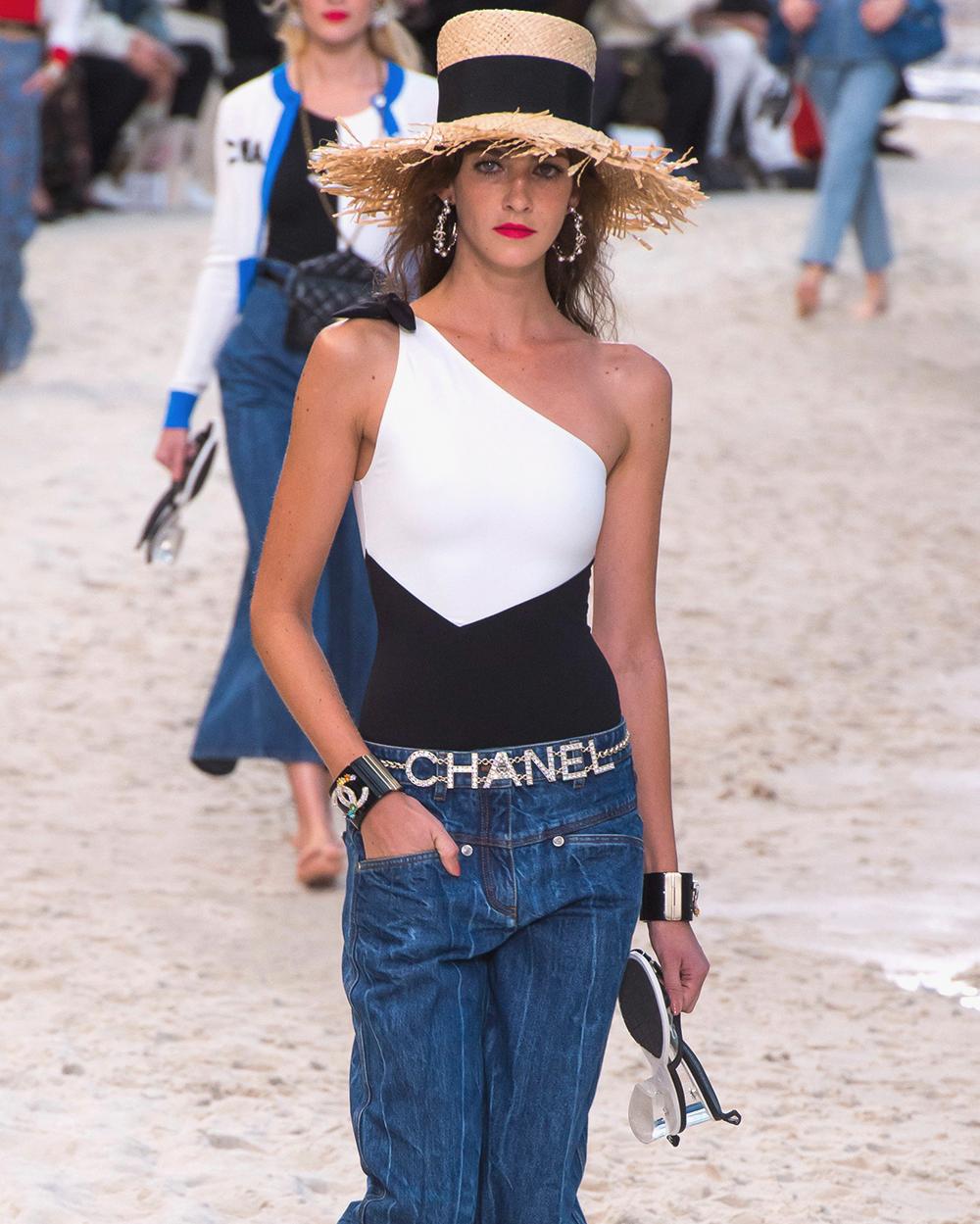 Купальник на одно плечо в коллекции Chanel Spring/Summer 2019