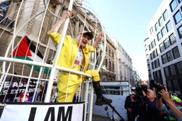 Вивьен Вествуд залезла в клетку в знак протеста