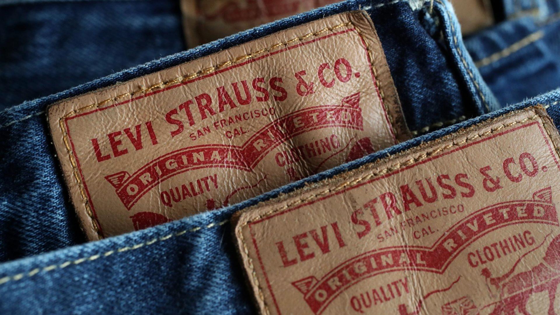 Levi Strauss & Co - первая компания по производству джинсов