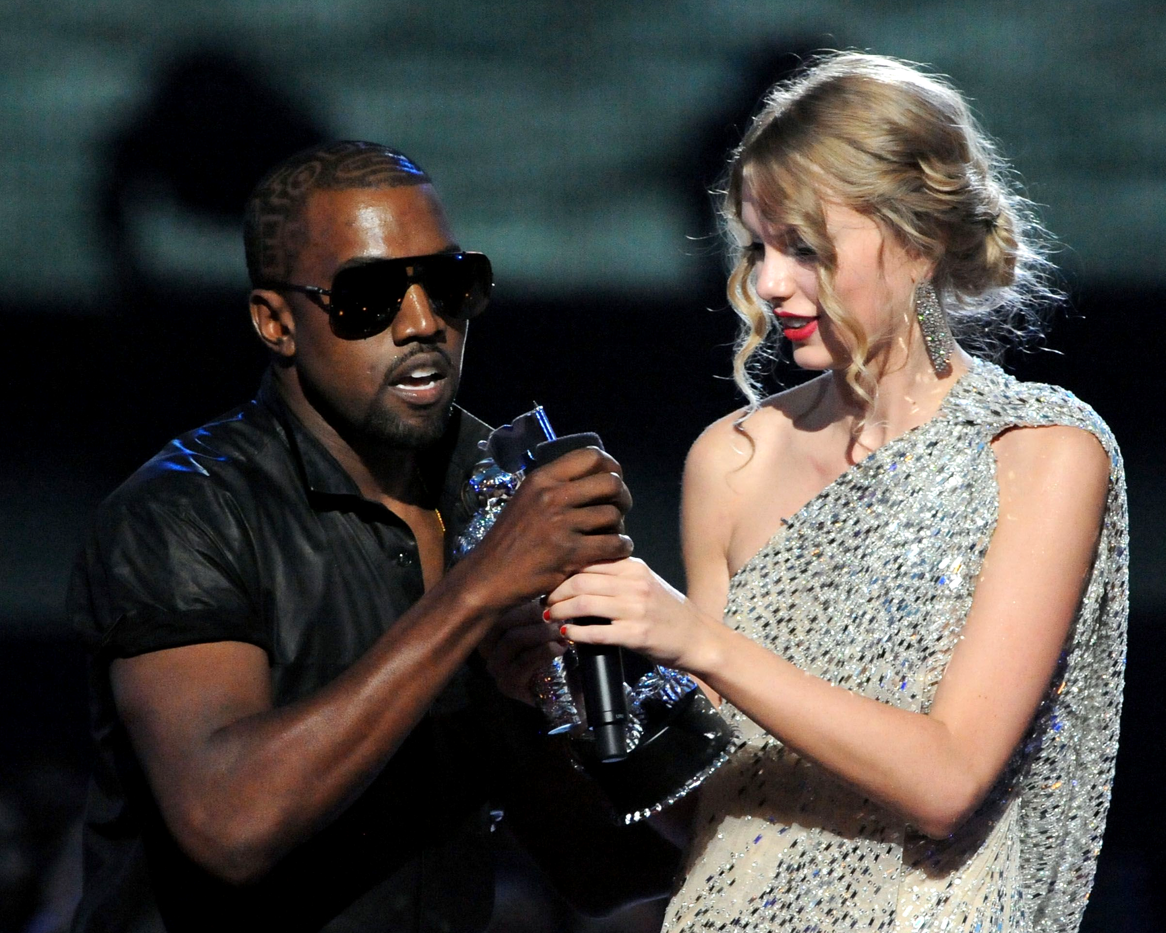 Канье Уэст прерывает речь Тейлор Свифт на VMA 2009