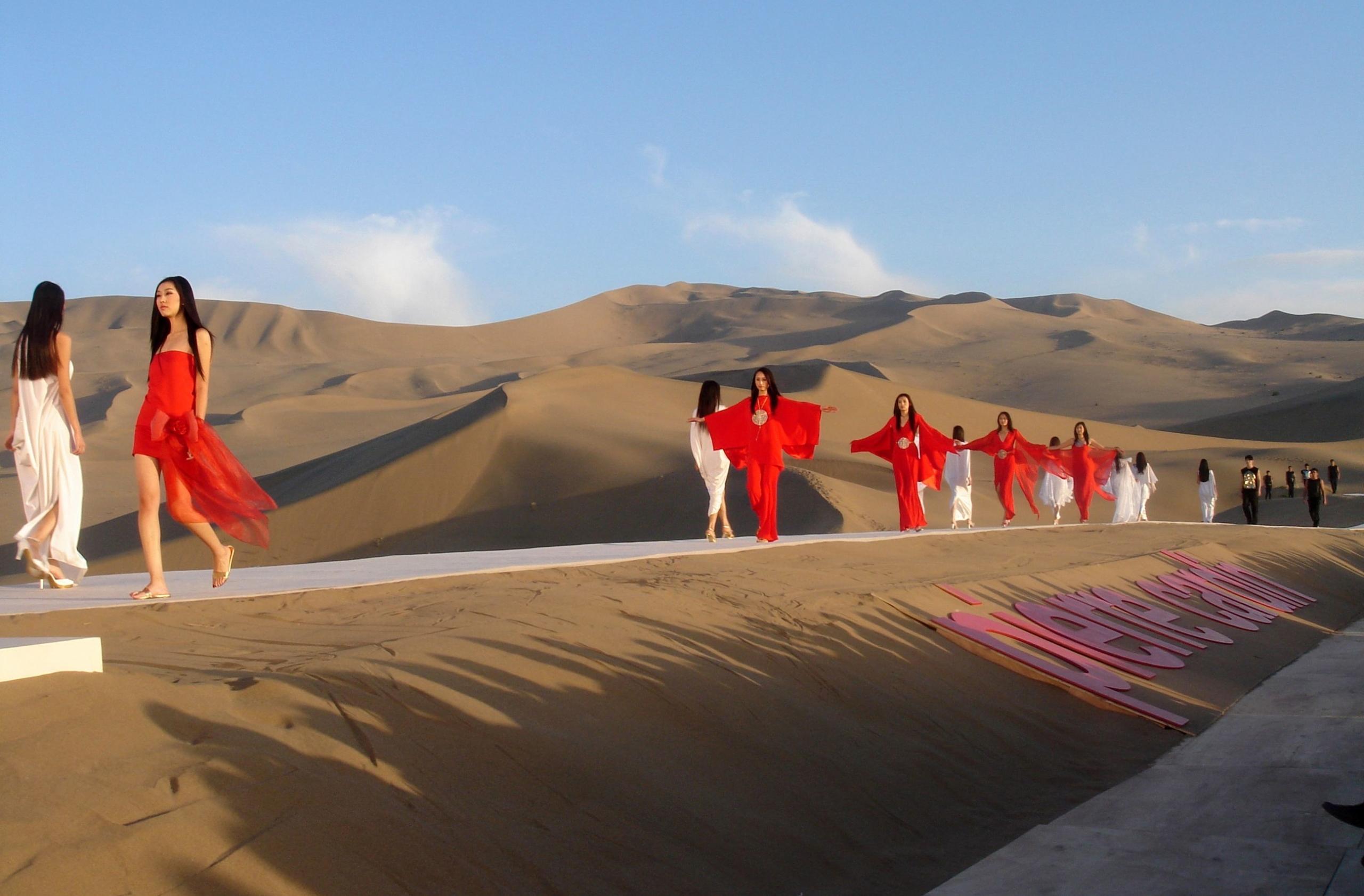 Шоу Pierre Cardin Spring/Summer 2008 прошло в пустыне –собрали самые необычные и яркие показы в подборку