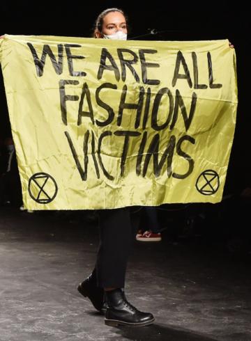 Протест на показе Dior привел зрителей в замешательство
