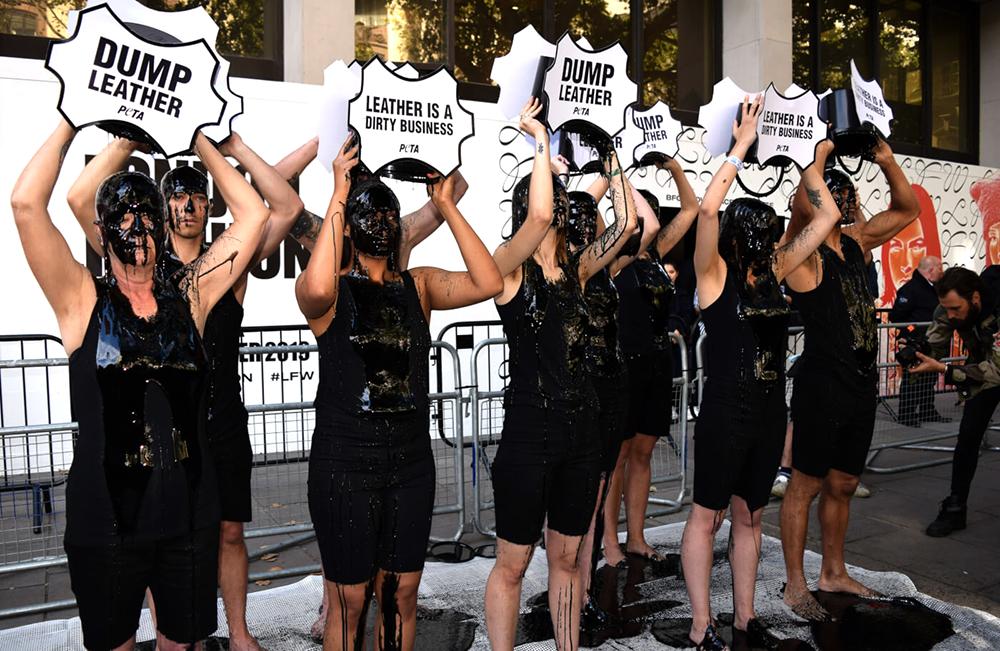 Протесты на показах - PETA выступают против использования кожи на Неделе моды в Лондоне SS 2020